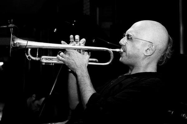 David Boato en train de jouer de la trompette
